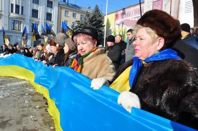 День Соборності у Чернівцях: на площі розгорнули 25-метровий прапор України (ФОТО)