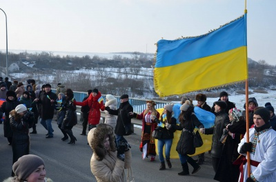 Буковинці й подоляни утворили ланцюг Єдності на мосту в Атаках (ФОТО)