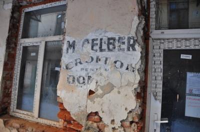 Унікальна знахідка: у Чернівцях на фасаді будинку виявили історичний напис (ФОТО)