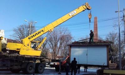 На Соборній площі демонтують Різдвяне містечко (ФОТО)