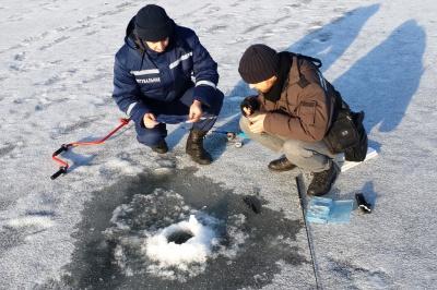Рятувальники Буковини нагадали рибалкам правила безпеки на кризі (ФОТО)