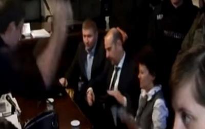 Оприлюднено відео, як Парасюк кидав на суді посуд в закарпатських прокурорів
