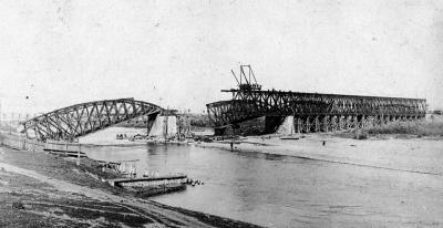 З'явились історичні світлини, де відбудовують зруйнований залізничний міст у Чернівцях (ФОТО)