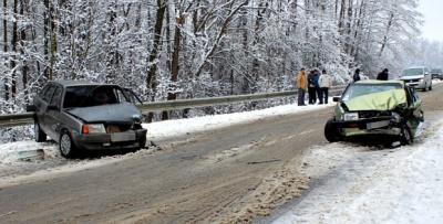 На Буковині на слизькій дорозі не розминулися два авто (ФОТО)