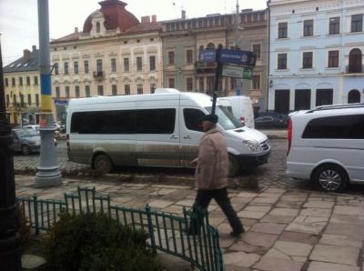 """""""Ревізор"""", який у Чернівцях знімає програму про вулицю Хмельницького, порушив правила паркування"""