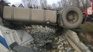 На Прикарпатті водія-буковинця затиснуло у перекинутому цементовозі
