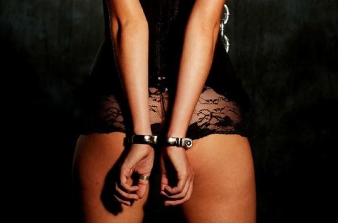 Связанные женщины в наручниках