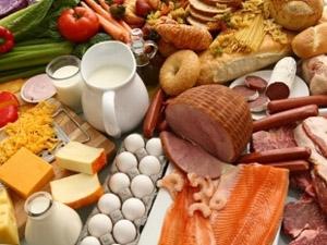 Українці стали їсти менше м'яса і риби, купують дешевші харчі