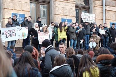Студенти БДФЕУ третій день мітингують проти приєднання вузу до ЧНУ (ФОТО)