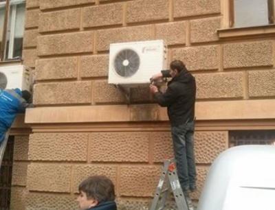 З приміщення Чернівецької ОДА демонтують кондиціонери (ФОТО)
