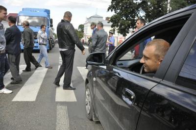 У Берегометі понад 100 людей перекрили вулиці - вимагають перенести мобільну вишку