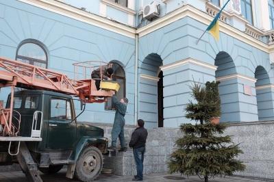 З приміщення мерії Чернівців демонтували кондиціонери (ФОТО)