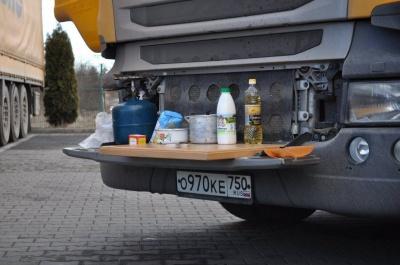 На Буковині активісти підгодовують водіїв заблокованих фур