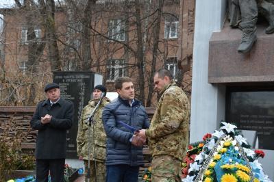 Депутат міськради подарував квартиру герою-кіборгу