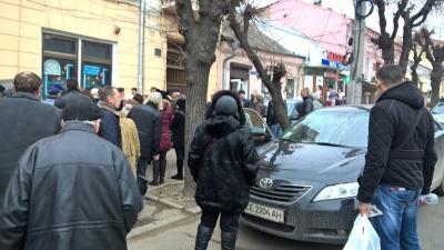 У Чернівцях натовп людей оточив авто, в яке намагалися силоміць затягнути дівчину
