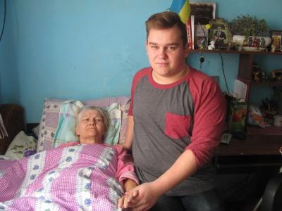 «Хочу підняти маму на ноги»: школяр-інвалід з Чернівців доглядає за паралізованою мамою