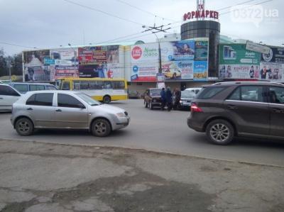 """Два легковики зіткнулись поблизу """"Формаркету"""" в Чернівцях"""