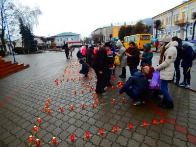 """У центрі Вижниці люди виклали зі свічок напис """"Герої не вмирають"""" (ФОТО)"""