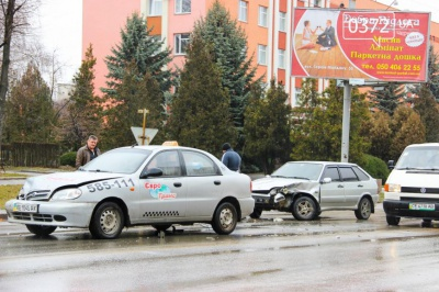 У Чернівцях легковик зіткнувся з машиною служби таксі (ФОТО)