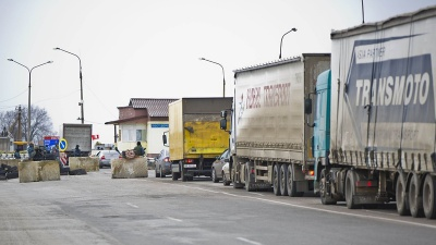 До окупованого Криму не пускають авто з українськими номерами