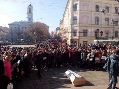 В Черновцах студенты БДФЕУ принесли гроб на Центральную площадь города (ФОТО)