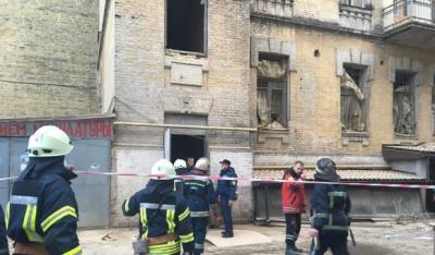 Двох людей дістали з-під завалів будинку у Києві. Рятувальники продовжують пошуки