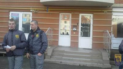 """У Чернівцях активісти """"Азову"""" вимагають у місцевих провайдерів припинити трансляцію телеканалу """"Інтер"""""""