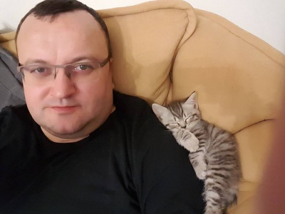 Користувачів соцмережі розвеселило фото мера Чернівців із сплячою кішкою