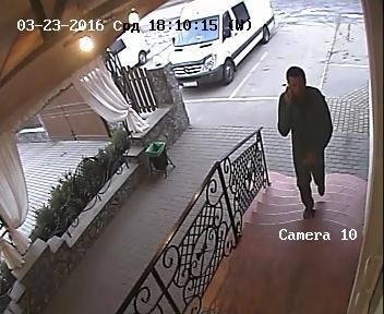 Поліція оприлюднила фото підозрюваних у крадіжці $10 тисяч у чернівчанина