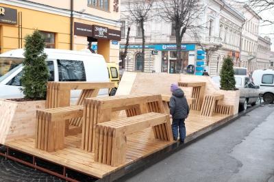 На Соборній площі в Чернівцях встановили парклет (ФОТО)