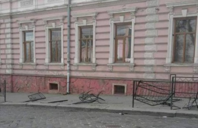 """Поліцейський """"бобік"""" у центрі Чернівців розтрощив ковану огорожу, - свідки"""