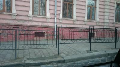 Збитий міліціонерами паркан у Чернівцях уже відновили