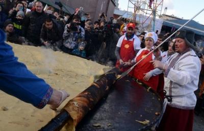 На Масляну в Росії згорів триметровий млинець, та глядачі все одно його з'їли