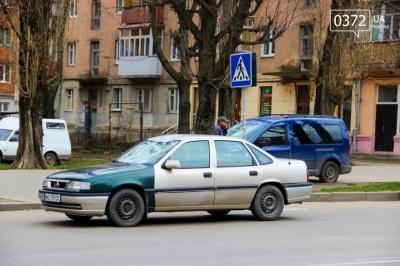 У Чернівцях легковик з польськими номерами збив чоловіка на пішохідному переході (ФОТО)