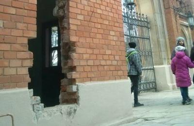 Термінал у стіні історичної будівлі в Чернівцях встановлюють за дозволом Мінкульту