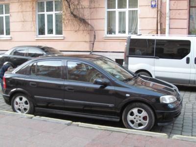 """На вулиці в Чернівцях блокують проїзд """"швидкої"""""""