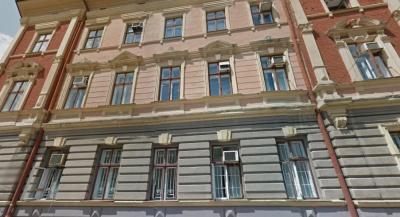 Керівник міської стоматполіклініки в Чернівцях укладав договори з фірмою, де працює його дружина