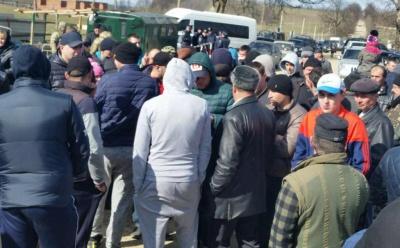 На Буковині натовп людей намагався блокувати роботу прикордонників (ФОТО)
