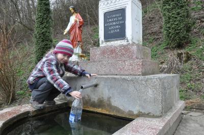 По цілющу воду на Буковину їдуть і туристи, й паломники (ФОТО)