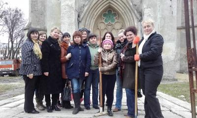 Вчителі прибрали подвір'я костелу Пречистого Серця Ісуса у Чернівцях (ФОТО)