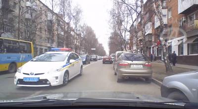 У Чернівцях полісмен накричав на водія за те, що той зупинився, щоб пропустити його авто (ВІДЕО)
