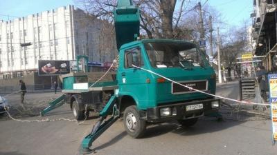 """В Одесі автовишка з чернівецькими номерами ріже дерева поблизу """"Привозу"""""""