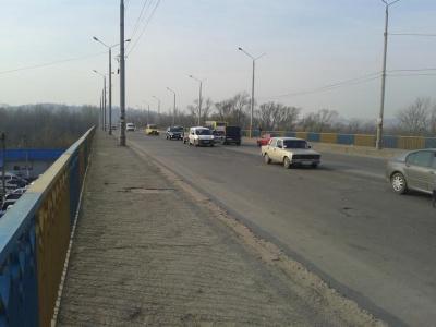 Поліцейські розігнали припарковані авто на мосту біля Калинки в Чернівцях