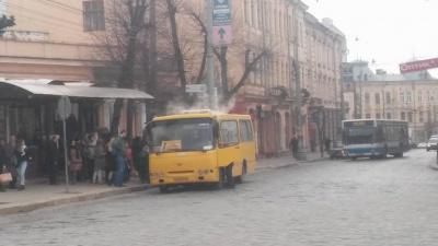 У центрі Чернівців горіла маршрутка (ФОТО)