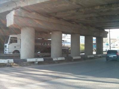 Інспекція з благоустрою почистила від реклами залізничний міст у Чернівцях (ФОТО)
