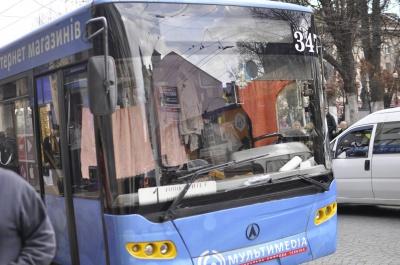 У Чернівцях жінка напідпитку впала під тролейбус (ФОТО)