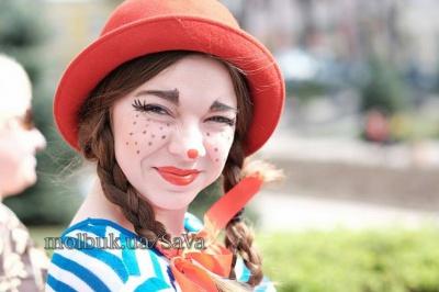 На перше квітня Чернівцями пройшли клоуни (ФОТО)