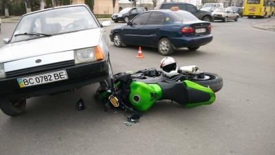 """У Чернівцях мотоцикл врізався у """"Таврію"""" (ФОТО)"""