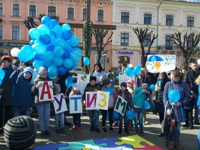 У Чернівцях відбулася акція на підтримку діток-аутистів (ФОТО)