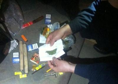 Поліція у Чернівцях затримала чоловіка з канабісом, ножем і нунчаками